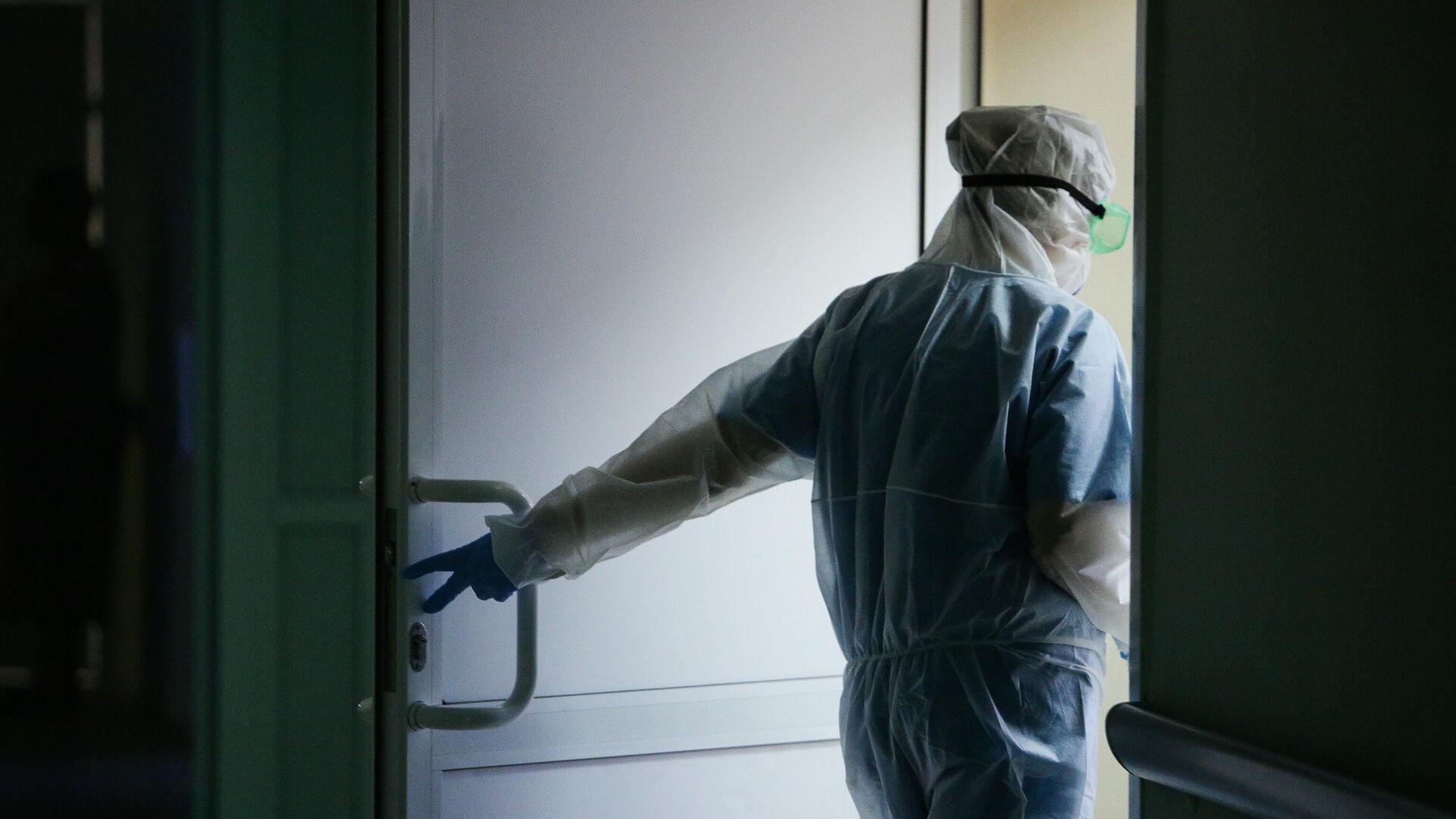Медик Новосибирской областной клинической больницы в защитном противоэпидемическом костюме - РИА Новости, 1920, 13.01.2021