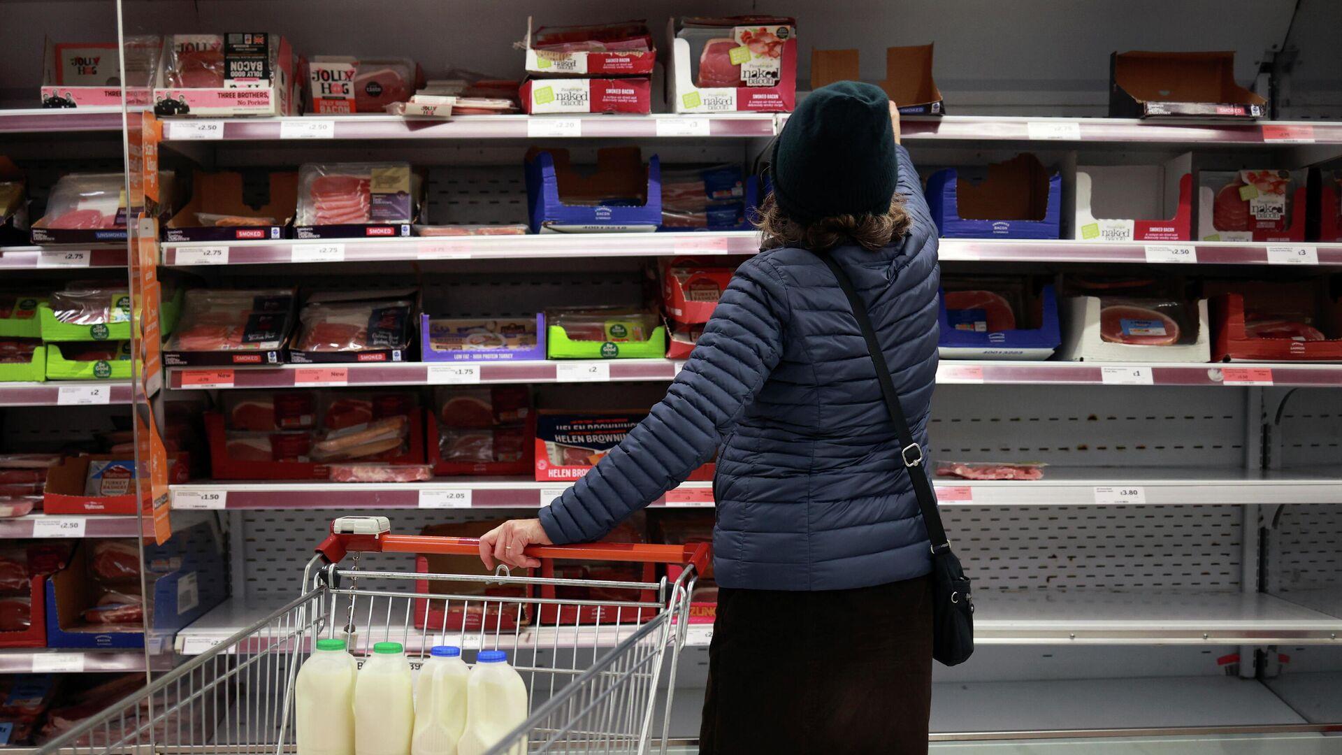 Женщина делает покупки в магазине Лондона - РИА Новости, 1920, 25.12.2020