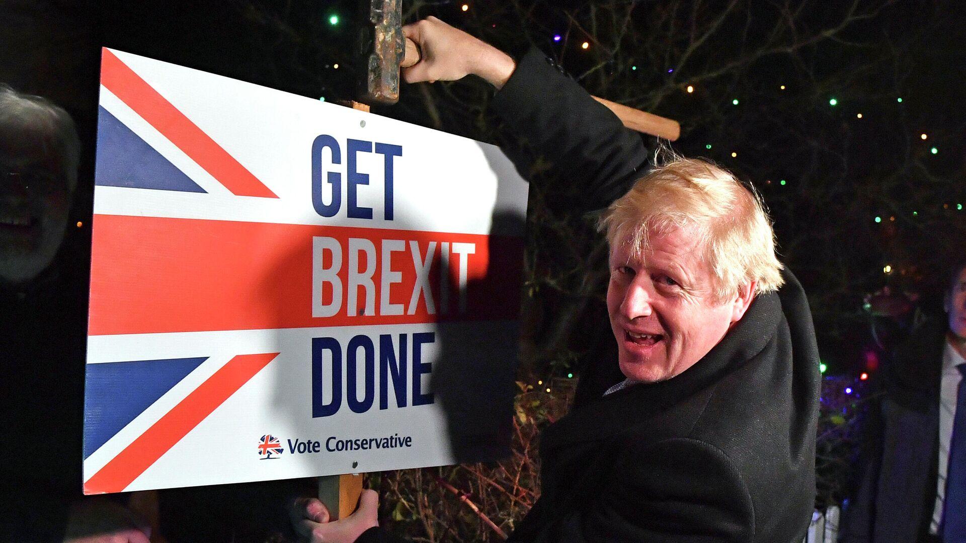 Премьер-министр Великобритании Борис Джонсон с табличкой Get Brexit Done - РИА Новости, 1920, 26.12.2020