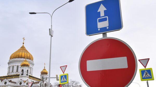 Дорожный знак, запрещающий езду по выделенным для общественного транспорта полосам