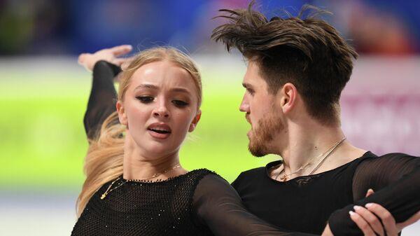 Александра Степанова и Иван Букин выступают с произвольной программой в танцах на льду на чемпионате России по фигурному катанию в Челябинске.