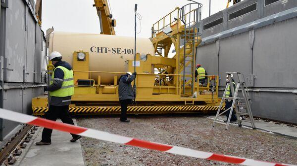Движущаяся платформа, на которой находится бак с ядерным отработанным топливом и промежуточное хранилище отработанного ядерного топлива сухого типа (ХОЯТ-2) в зоне отчуждения Чернобыльской АЭС