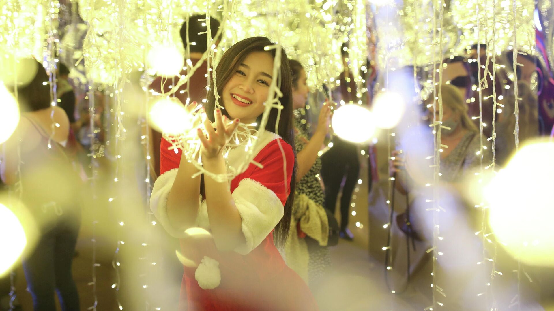 Девушка в костюме Санта-Клауса в Бангкоке, Таиланд - РИА Новости, 1920, 02.01.2021