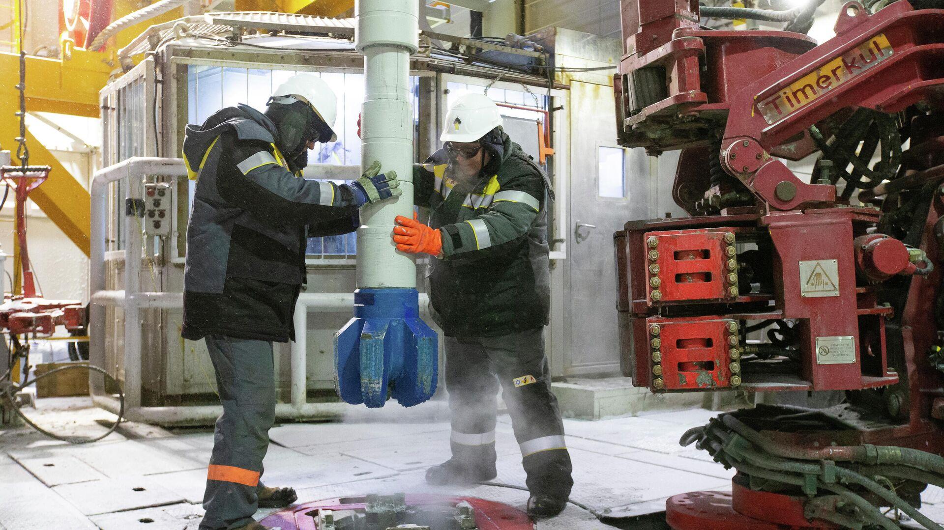 Рабочие на нефтеперерабатывющем заводе - РИА Новости, 1920, 29.12.2020