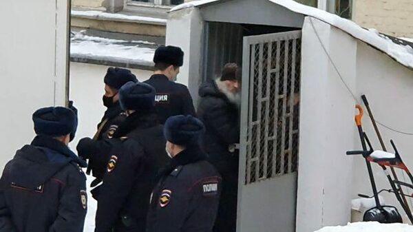 """""""Отец Сергий, мы с тобой! """" Бывшего схимонаха Среднеуральского монастыря привезли в суд"""