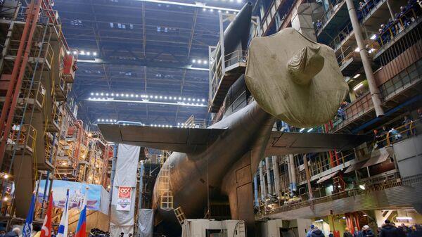 Вывод из эллинга после завершения стапельного этапа ремонта и модернизации атомной подводной лодки Леопард проекта 971 в Центре судоремонта Звездочка в Северодвинске