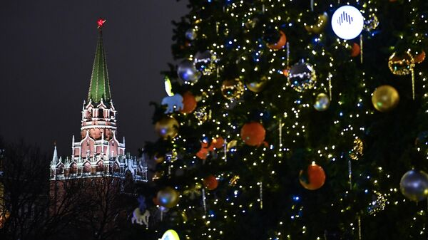 Троицкая башня Московского Кремля и новогодняя елка на Манежной площади