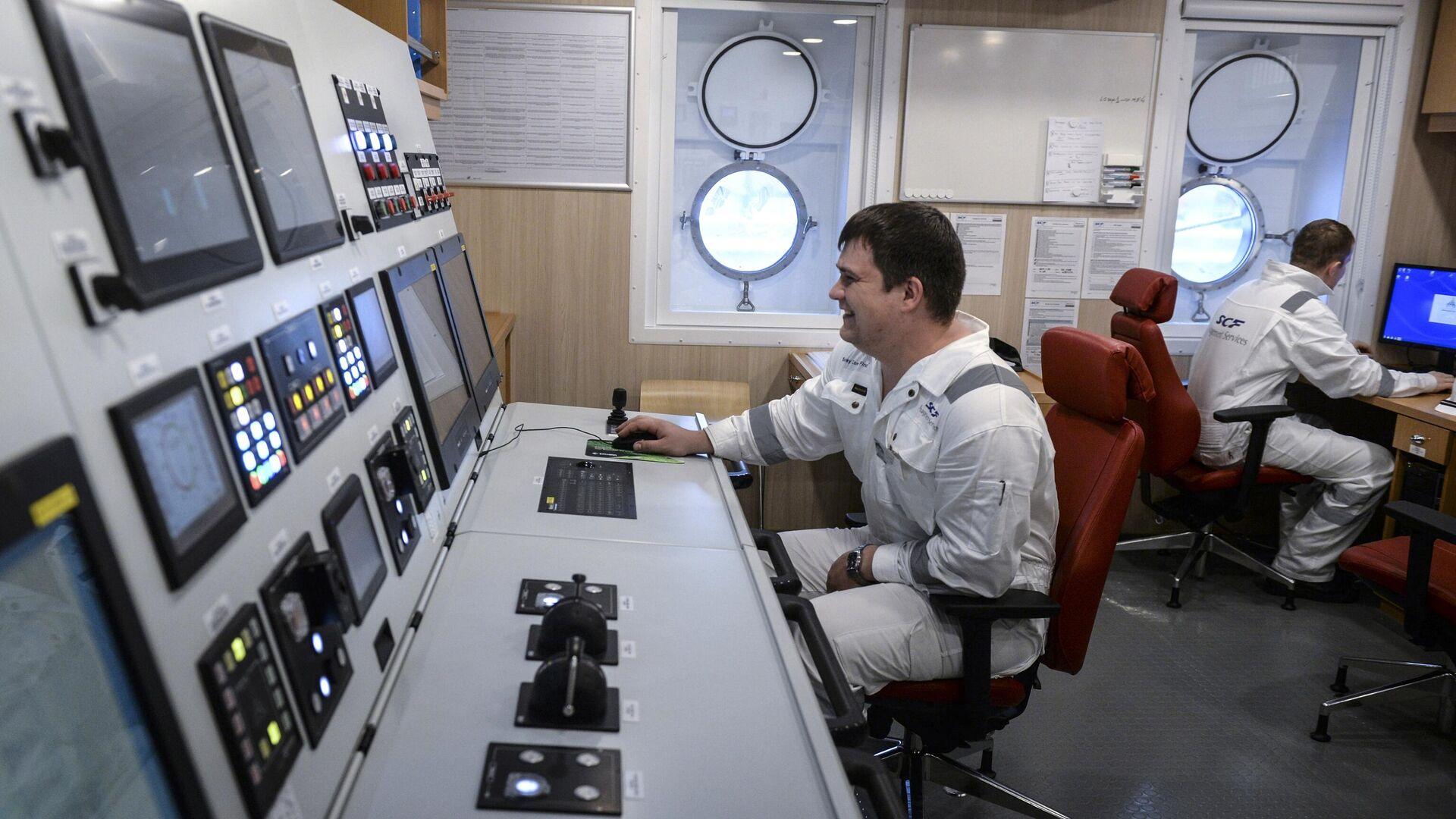 Члены экипажа в центре управления ледокольного судна - РИА Новости, 1920, 12.01.2021