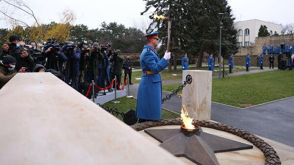 Церемония зажжения Вечного огня на Кладбище освободителей в Белграде, Сербия