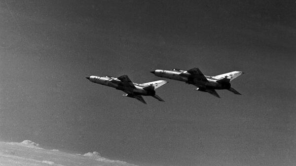Сверхзвуковые истребители МиГ-21 в небе.