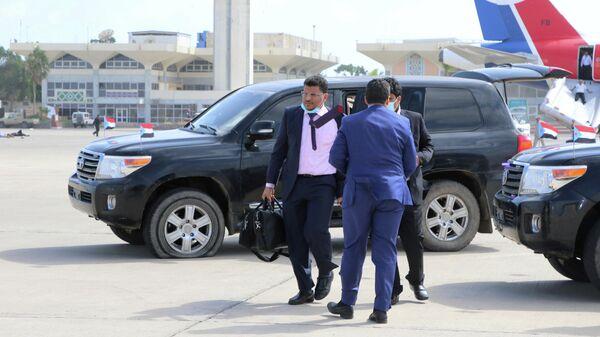 Должностные лица правительства Йемена, в том числе министр иностранных дел Ахмед бин Мубарак в аэропорту Адена после взрыва