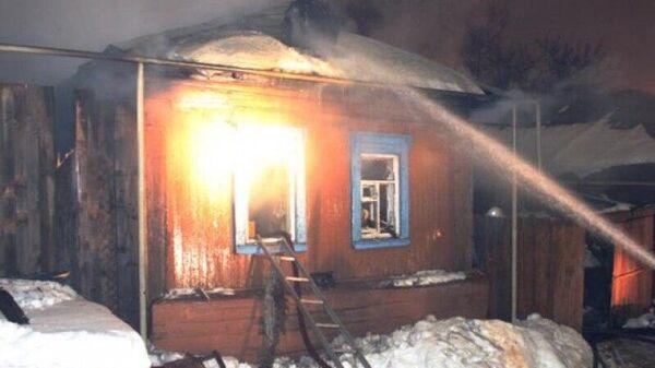 Тушение пожара в жилом доме в поселке Агинское Красноярского края, где погибли четыре человека