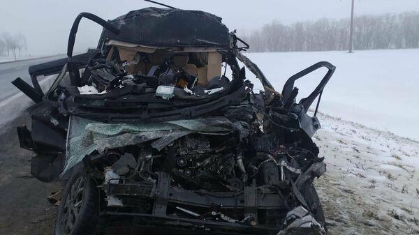На месте ДТП с участием минивэна и грузовика в Ростовской области