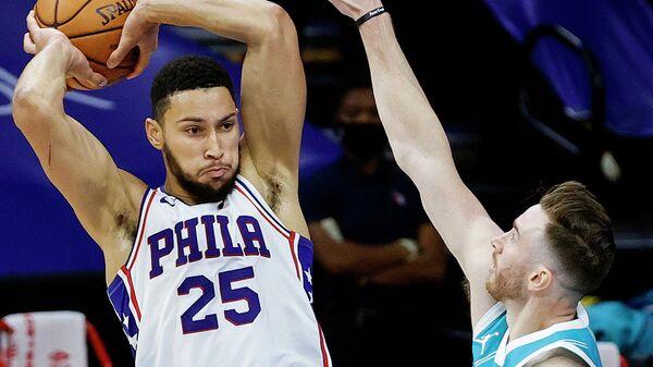 Игрок Филадельфия Севенти Сиксерс Бен Симмонс (слева) и игрок Шарлотт Хорнетс Гордон Хэйуорд в матче регулярного чемпионата НБА