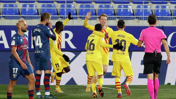 Футболисты Барселоны (в центре)