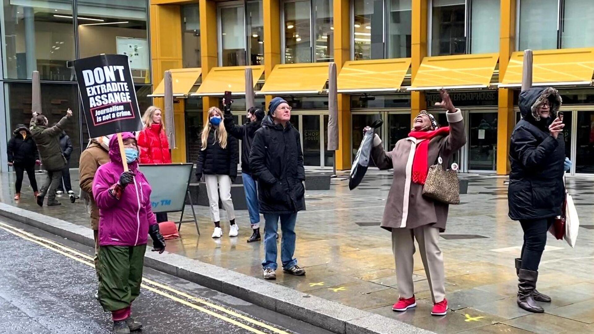 Сторонники Джулиана Ассанжа возле здания суда в Лондоне, где рассматривается дело об его экстрадиции в США - РИА Новости, 1920, 06.01.2021