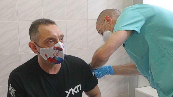 Вакцинация российской вакциной Спутник V официальных лиц Сербии