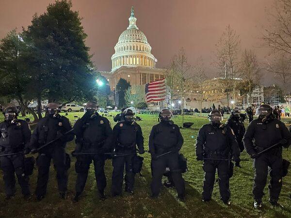 Полиция зачищает окрестности Капитолия в Вашингтоне