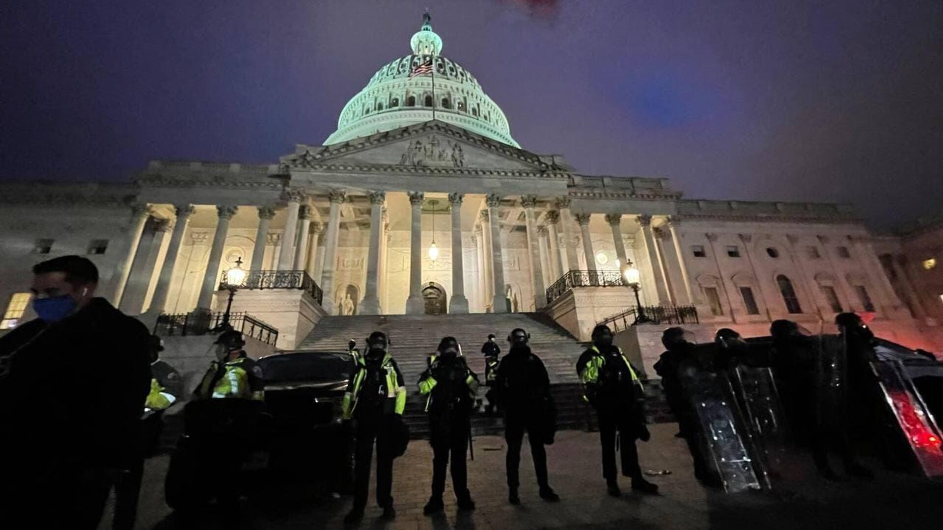 Полиция у здания Капитолия в Вашингтоне - РИА Новости, 1920, 07.01.2021