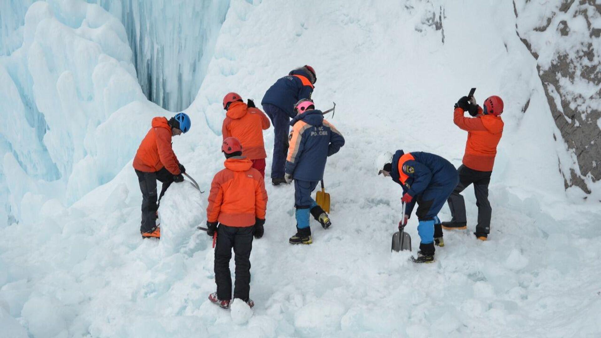 Спасатели работают у Вилючинского водопада в Камчатском крае, где обрушился лед - РИА Новости, 1920, 08.01.2021