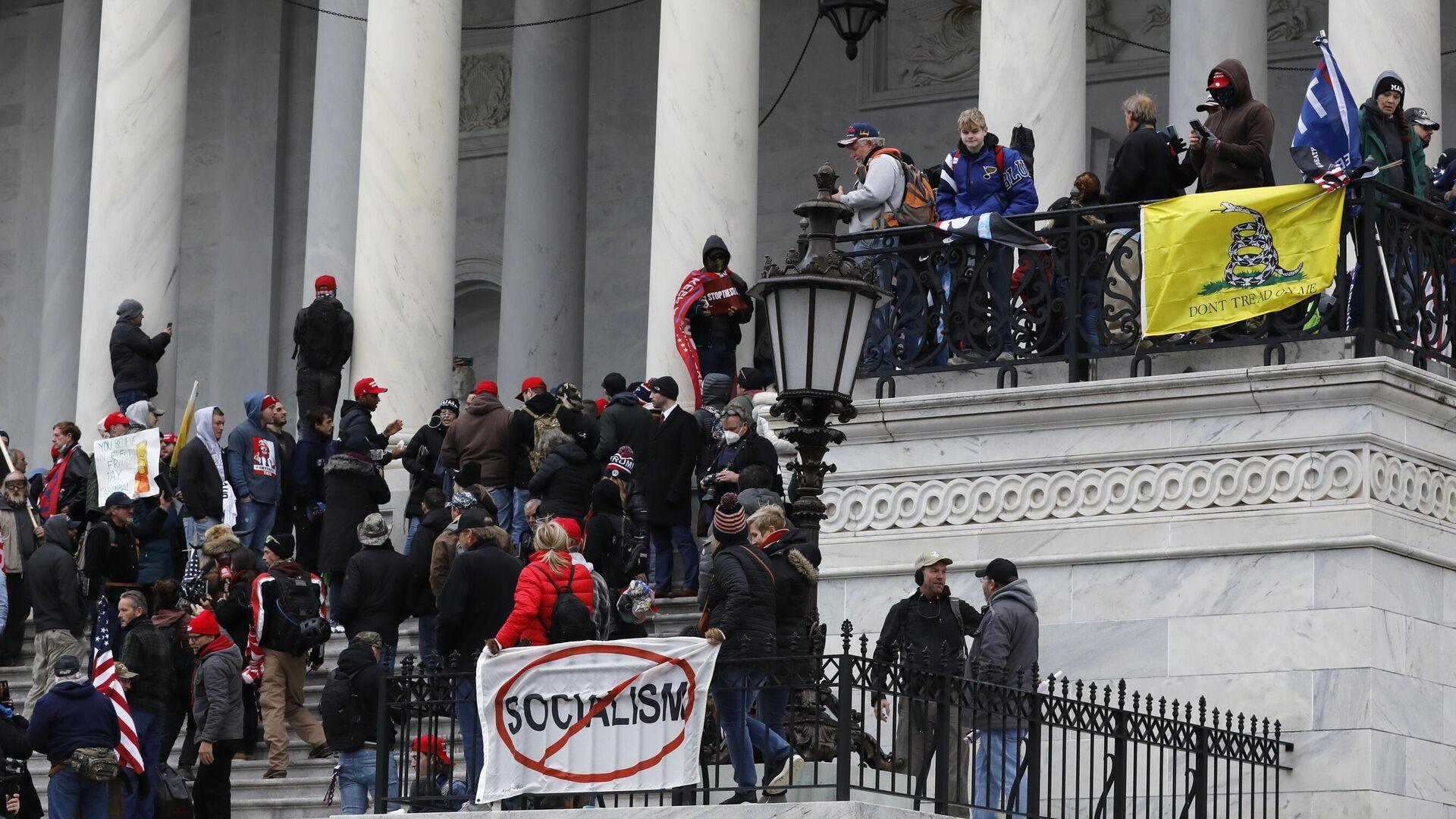 Участники акции протеста сторонников действующего президента США Дональда Трампа у здания конгресса в Вашингтоне - РИА Новости, 1920, 19.01.2021