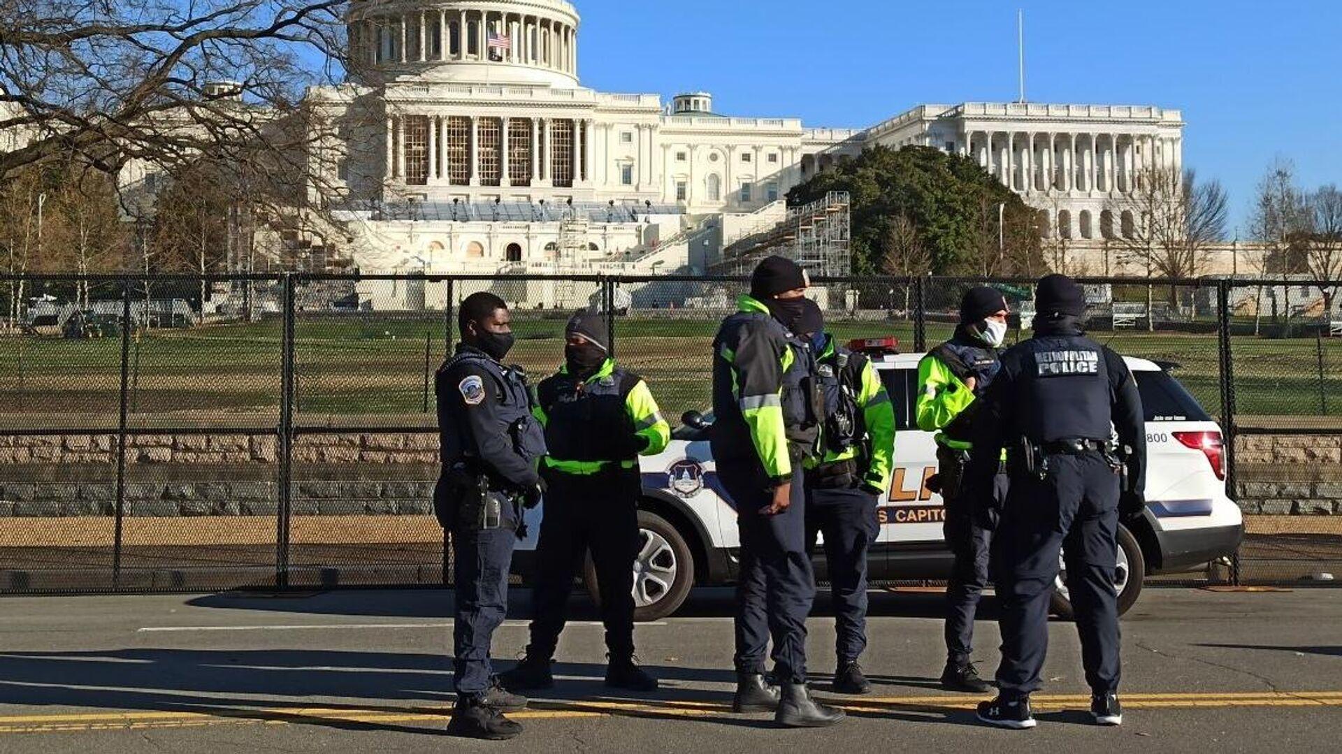 Сотрудники правоохранительных органов на Капитолийском холме в Вашингтоне - РИА Новости, 1920, 09.01.2021