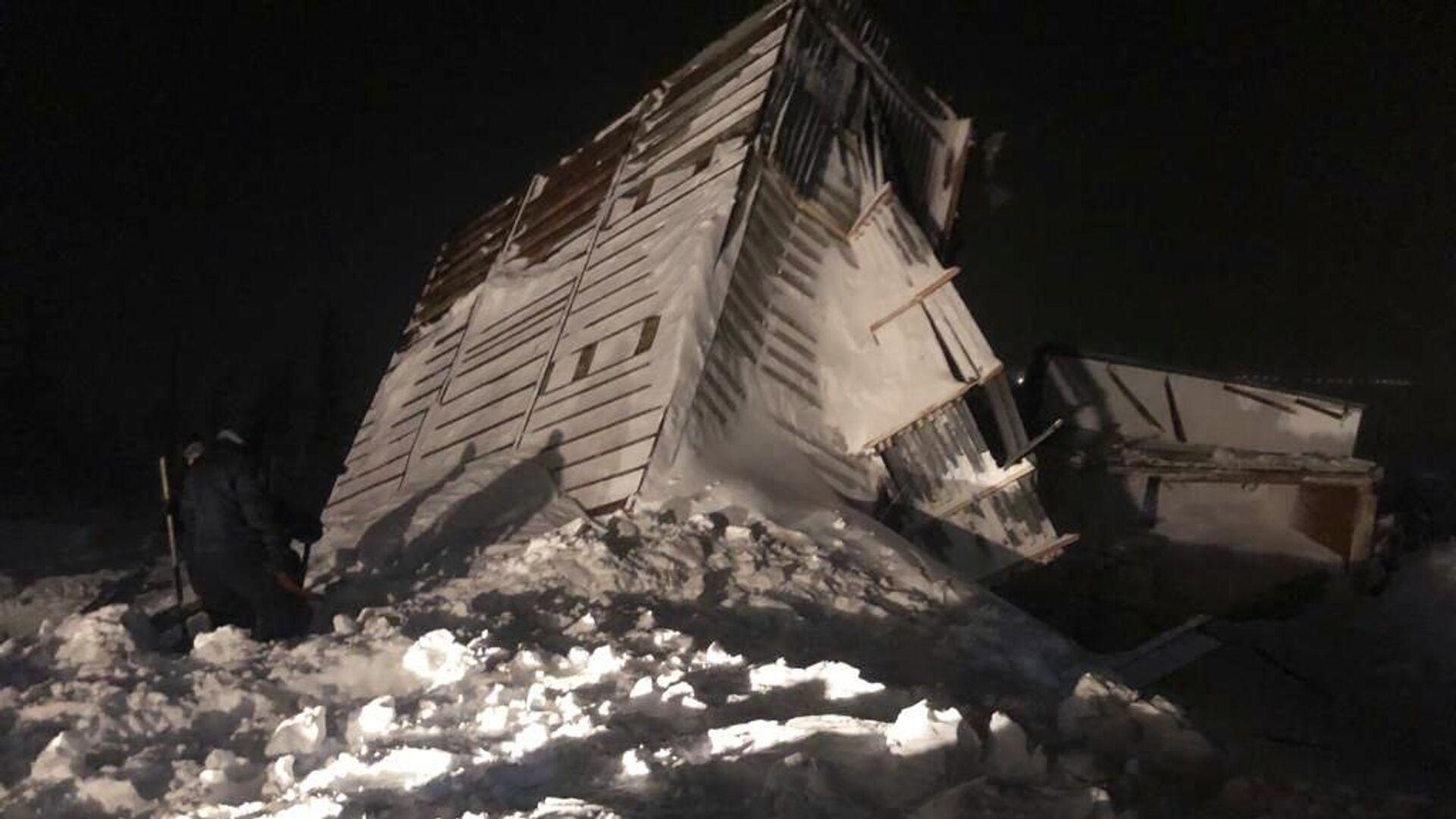 Дом, разрушенный в результате схода лавины в районе горнолыжного комплекса Гора Отдельная в Норильске - РИА Новости, 1920, 12.01.2021