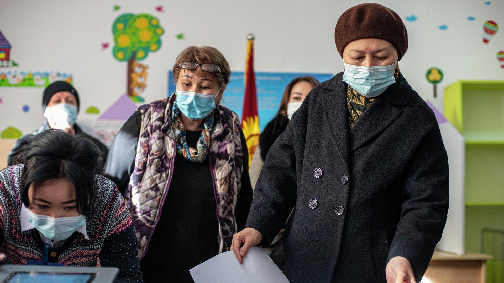 Избиратели на одном из избирательных участков в Бишкеке во время голосования на досрочных выборах президента Кыргызской Республики - РИА Новости, 1920, 10.01.2021