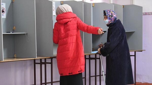 Женщина на одном из избирательных участков в Бишкеке во время голосования на досрочных выборах президента Кыргызской Республики
