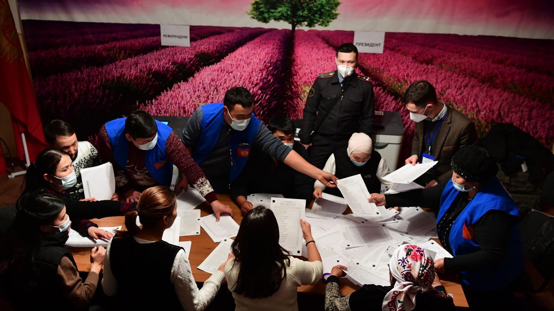 Сотрудники избирательной комиссии во время подсчета голосов на одном из избирательных участков в Бишкеке - РИА Новости, 1920, 11.01.2021
