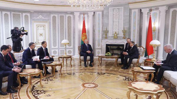 Александр Лукашенко (в центре слева) и Рене Фазель (в центре справа)