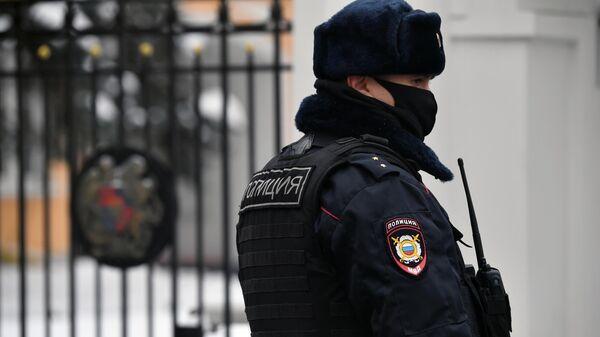 Сотрудник правоохранительных органов у здания посольства Республики Армения в Москве