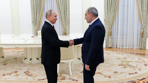 Президент РФ Владимир Путин и премьер-министр Армении Никол Пашинян перед началом трехсторонних переговоров по поводу ситуации в Нагорном Карабахе