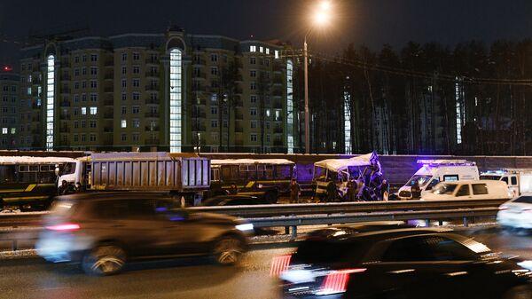На месте ДТП на 28-м километре Новорижского шоссе, где грузовой автомобиль въехал в один из четырех военных автобусов ПАЗ, следовавших автоколонной