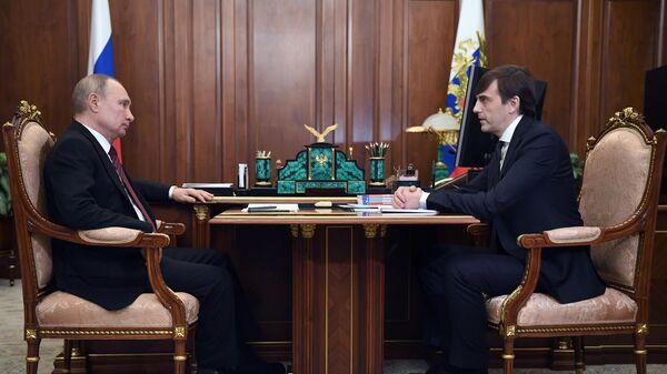 Президент РФ Владимир Путин и министр просвещения РФ Сергей Кравцов