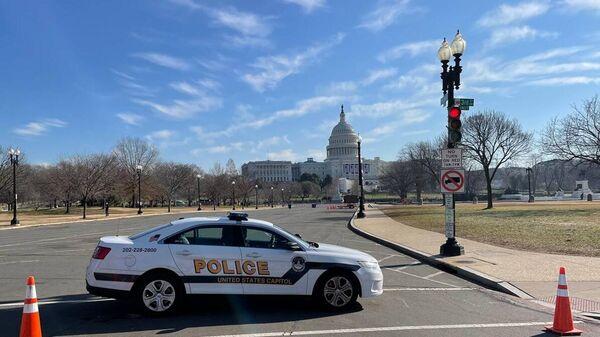 Полицейский автомобиль у здания Капитолия в Вашингтоне