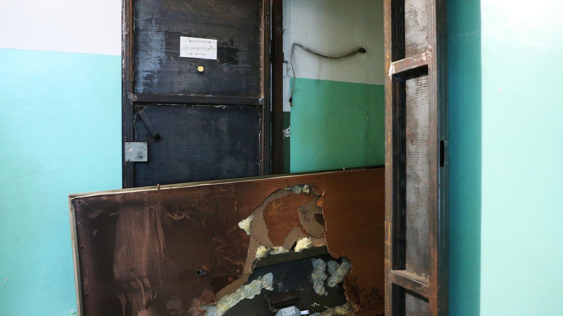 Поврежденная дверь в квартиру в жилом доме на улице Белорусской в Хабаровске, где произошел пожар - РИА Новости, 1920, 13.01.2021
