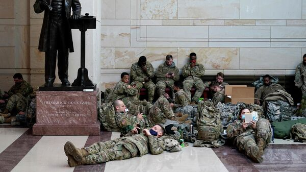 Военнослужащие отдыхают в здании Капитолия в Вашингтоне