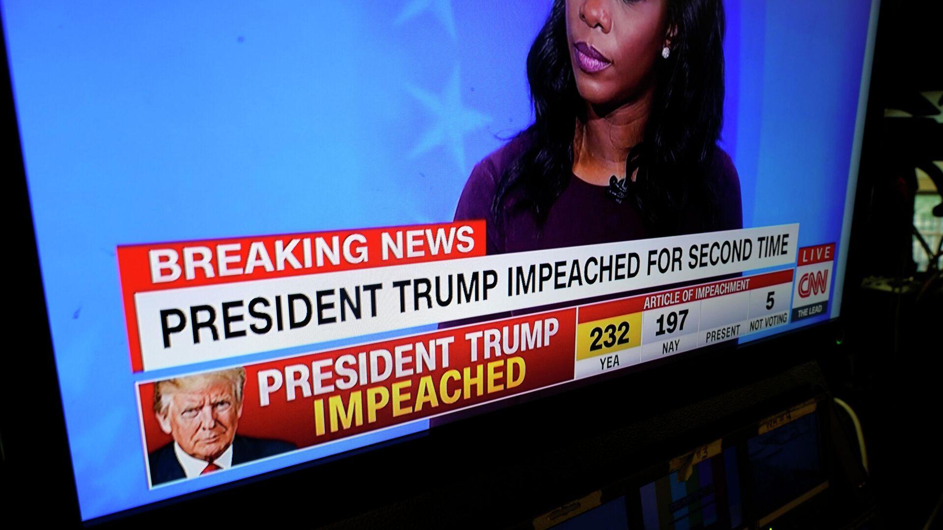 Мониторы в конференц-зале Белого дома показывают процесс импичмента против президента Дональда Трампа, проходящий в Капитолии в Вашингтоне - РИА Новости, 1920, 14.01.2021