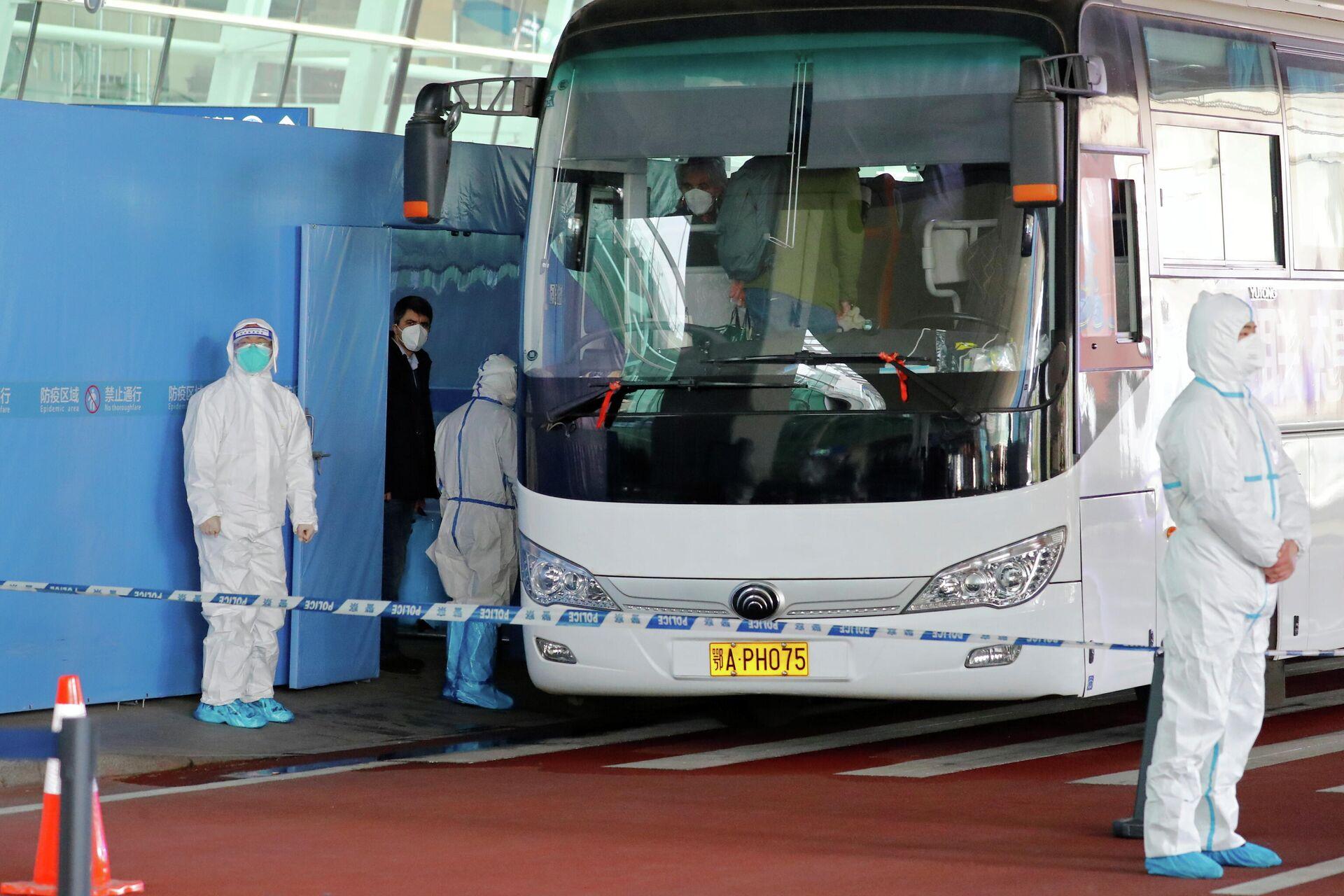 Группа экспертов ВОЗ садятся в автобус перед отъездом из международного аэропорта Ухань - РИА Новости, 1920, 15.01.2021