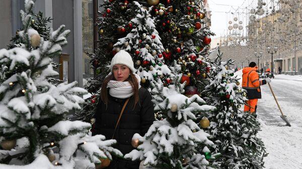Уборка снега на Никольской улице в Москве