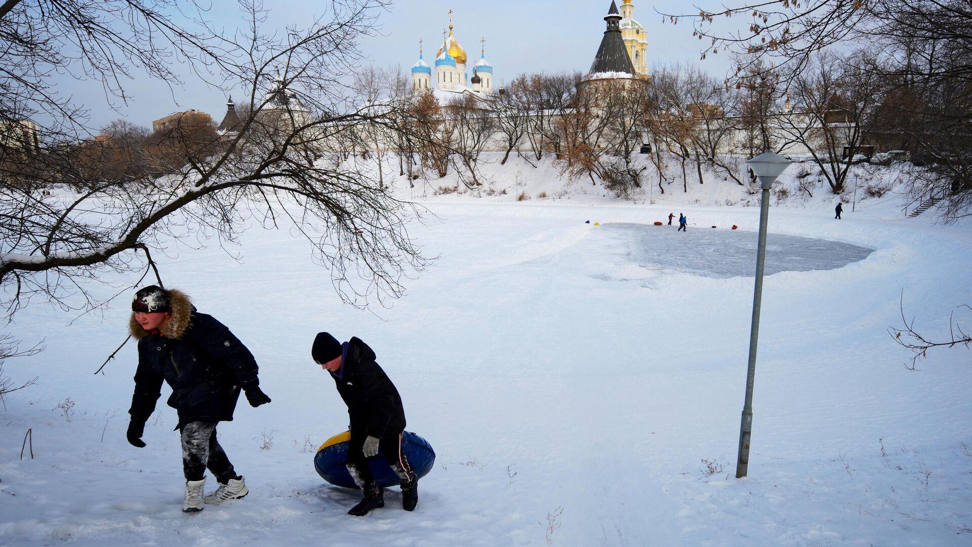 Дети катаются на ватрушке возле Новоспасского монастыря в Москве - РИА Новости, 1920, 18.01.2021