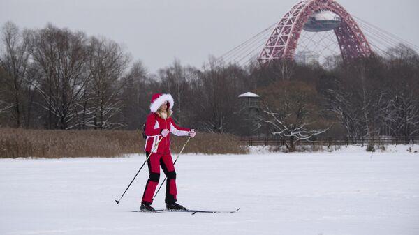 Женщина на лыжах на Бездонном озере в Серебряном бору в Москве
