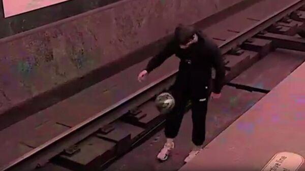 Мужчина с мячом на путях станции Звенигородская Санкт-Петербургского метрополитена