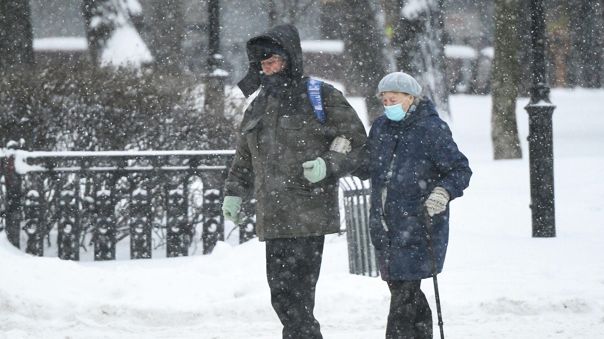 Прохожие идут по Каланчевской улице в Москве во время снегопада - РИА Новости, 1920, 04.02.2021