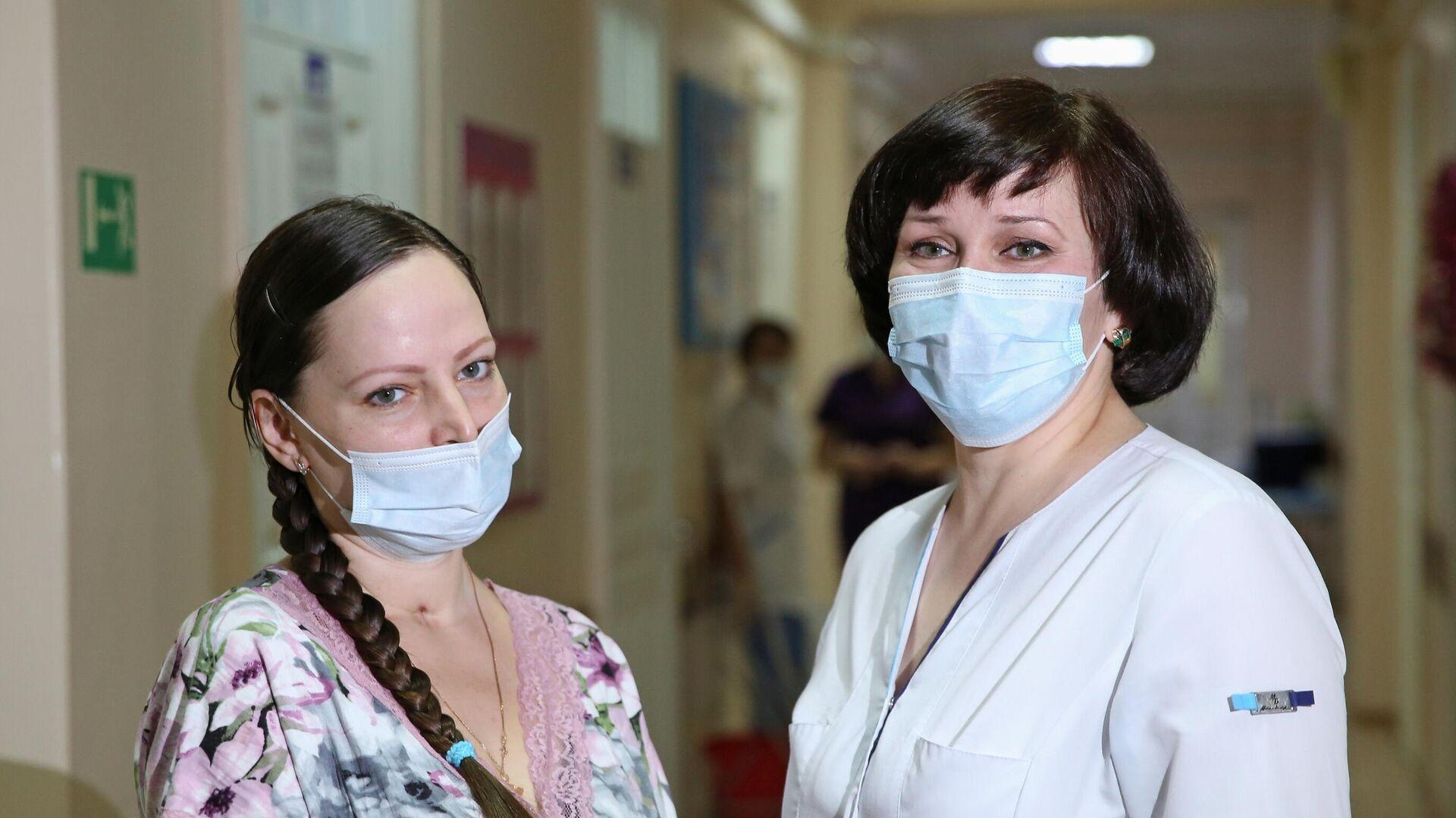 Пациентка Оксана Шеломенцева (слева), спасённая сотрудниками городского перинатального центра Иркутска после заболевания коронавирусом на 32-й неделе беременности - РИА Новости, 1920, 12.01.2021
