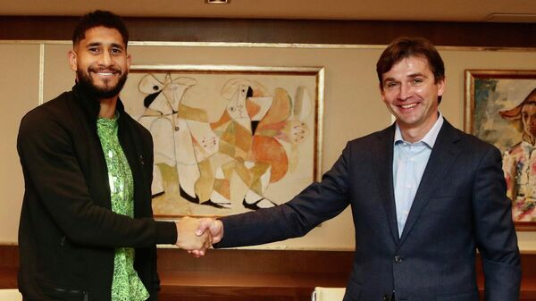 Защитник Локомотива Пабло (слева)