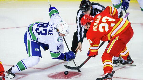 Джей Бигл и Шон Манахан (слева направо) в матче НХЛ между командами Ванкувер Кэнакс и Калгари Флэймз