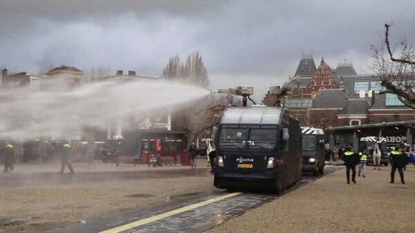 Кадры разгона демонстрантов в Амстердаме