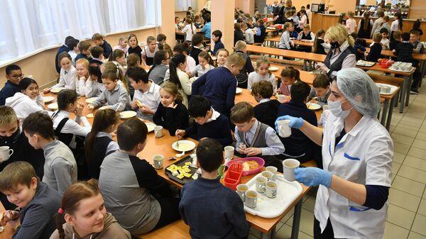 Учащиеся в столовой во время завтрака в школе №429 в Москве